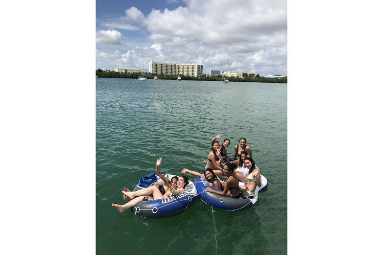 This 40.0' Cruiser Yacht cand take up to 12 passengers around Miami