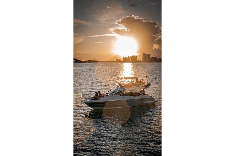 This 45.0' Azimut cand take up to 10 passengers around Miami