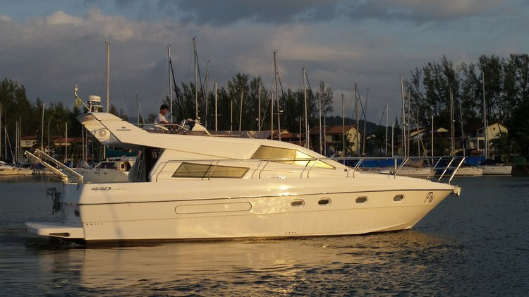Discover Angra dos Reis surroundings on this 440 INTERMARINE boat