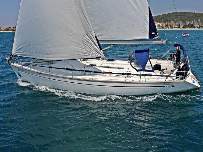 This sailboat charter is perfect to enjoy Sukošan