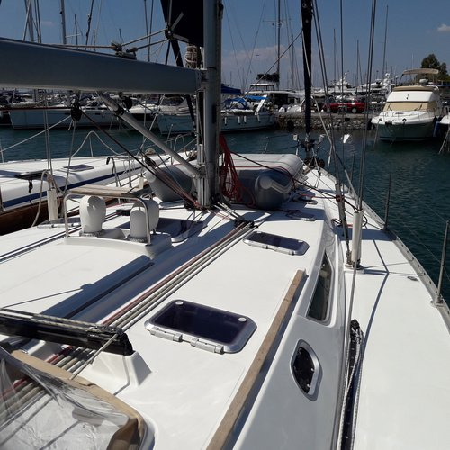 This 49.0' Jeanneau cand take up to 10 passengers around Saronic Gulf
