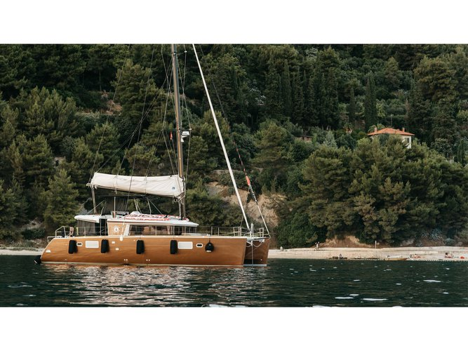 Sail the beautiful waters of Split on this cozy Lagoon Lagoon 450 F (2016)equipped with generator, A/C (saloon+cabins),