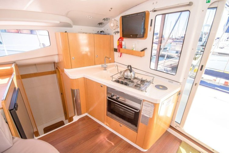 Discover Whitsundays surroundings on this 36 Mahe boat