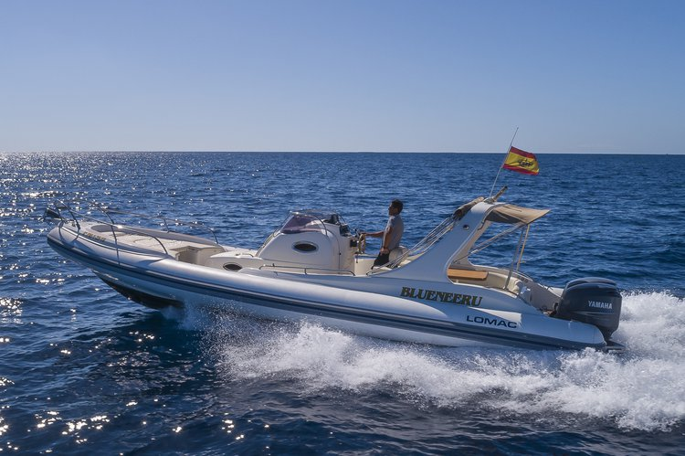Discover PALMA surroundings on this 1000 IN LOMAC boat