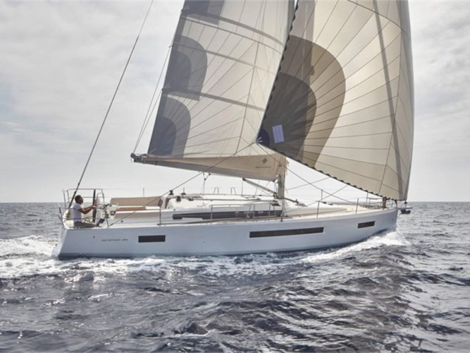 Sail the beautiful waters of Palma de Mallorca on this cozy Jeanneau Sun Odyssey 490