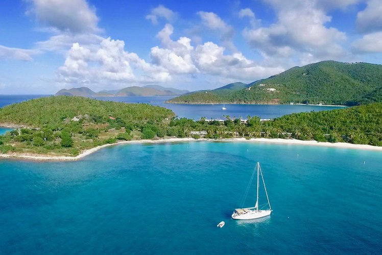 Discover St. Thomas surroundings on this 54DS Jeanneau boat