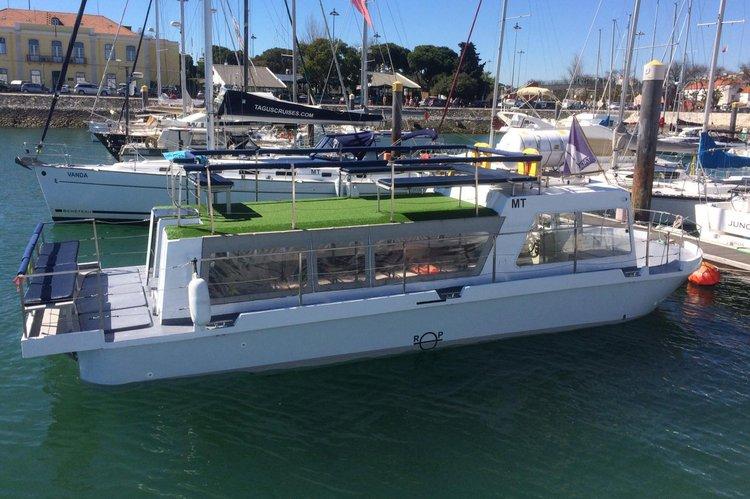 Passenger boat's 39.0 feet in Belém