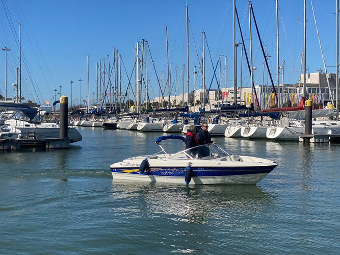 Bow rider boat for rent in Lisbon