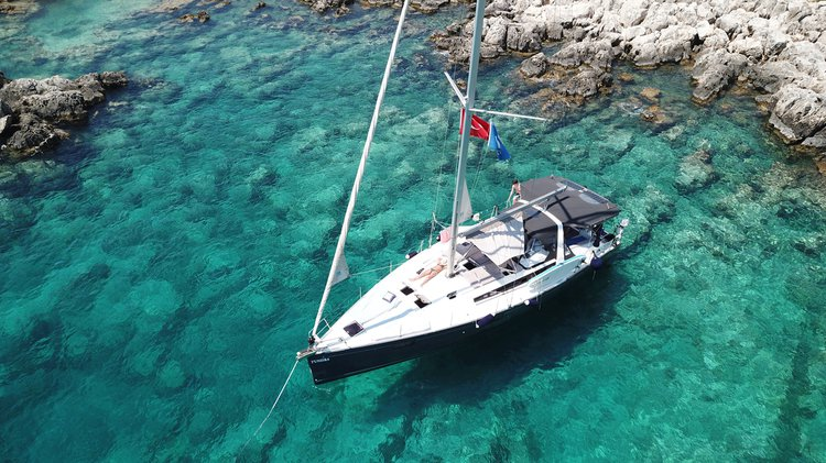 Up to 5 persons can enjoy a ride on this Beneteau boat