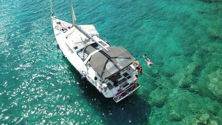 This 48.0' Beneteau cand take up to 5 passengers around Mediterranean