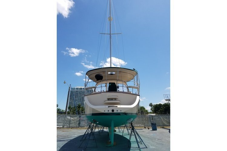 Discover Miami surroundings on this 370 Island Packet Yachts boat