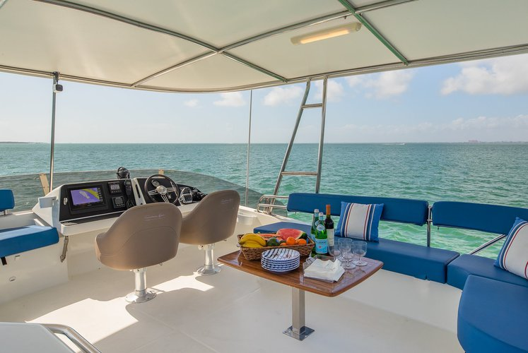 This 47.0' Fountaine Pajot cand take up to 6 passengers around Key Biscayne