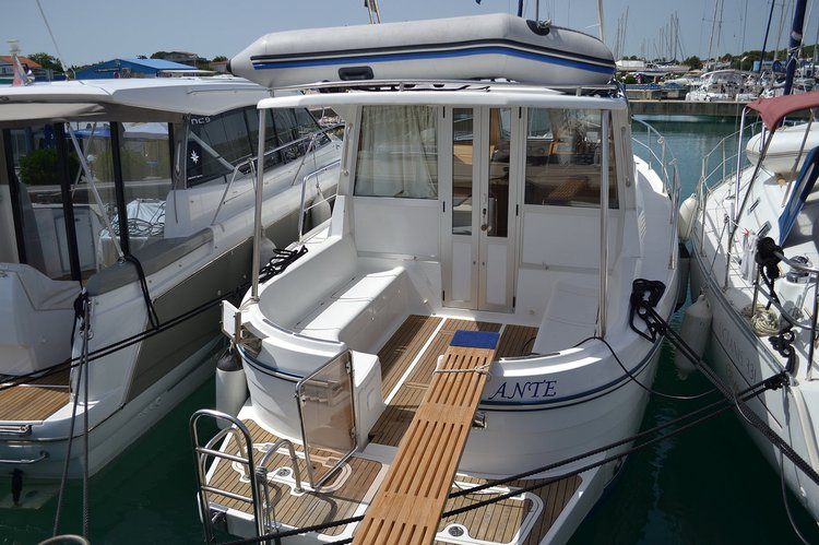 Up to 7 persons can enjoy a ride on this Other boat