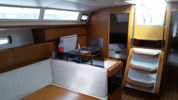 This 43.0' Jeanneau cand take up to 10 passengers around Zadar region