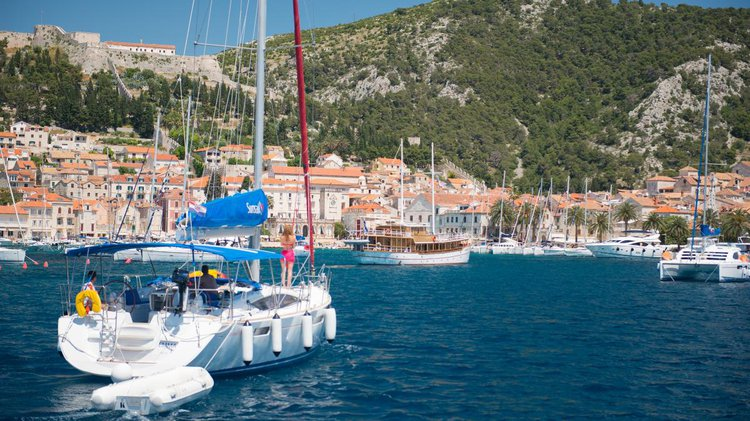 Monohull boat for rent in Marina