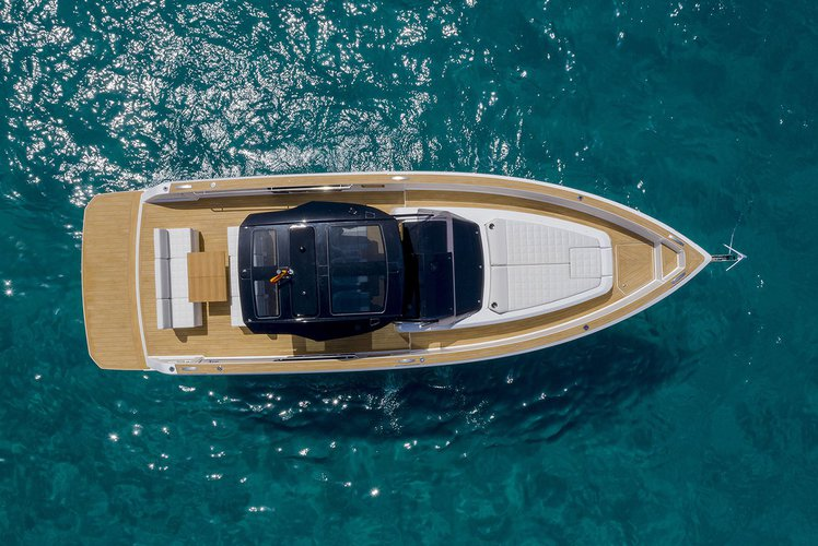 This 37.8' Pardo cand take up to 12 passengers around Lavrion
