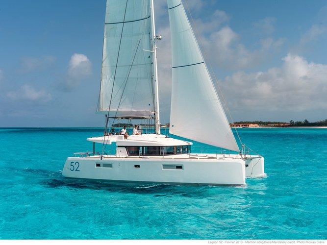 This 52.0' lagoon cand take up to 14 passengers around Nassau