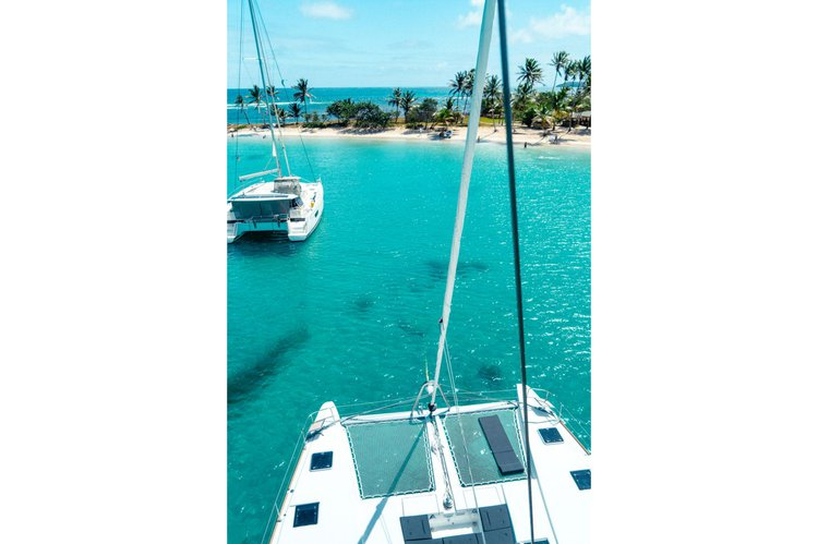 Discover Nassau surroundings on this 52 F lagoon boat
