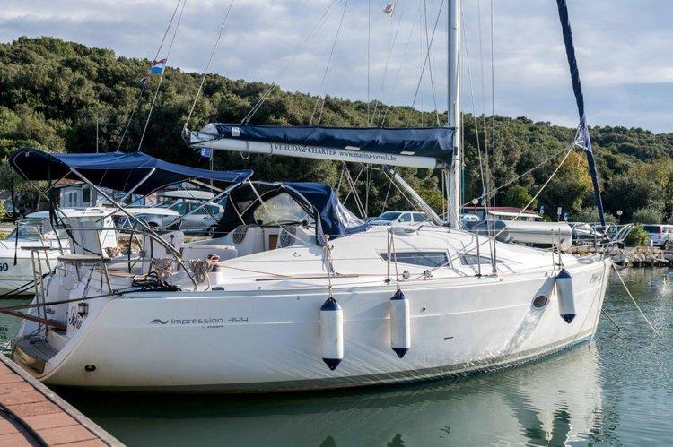This 34.0' Elan Marine cand take up to 8 passengers around Istra