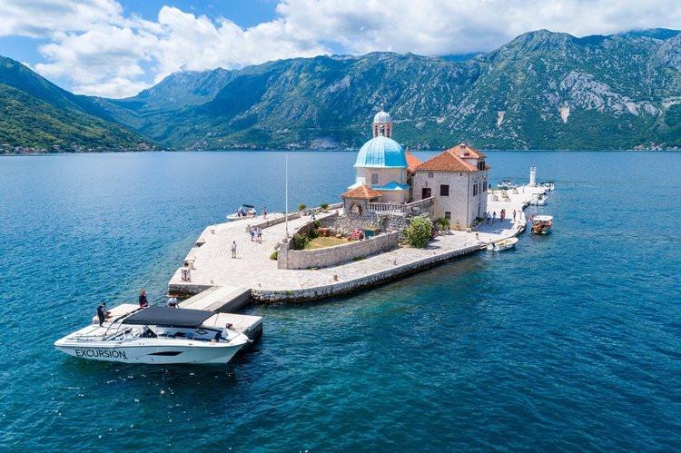 Up to 25 persons can enjoy a ride on this Motor boat boat