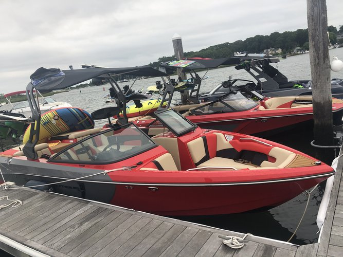 Discover Sag Harbor surroundings on this GS 23 Super Air Nautique boat