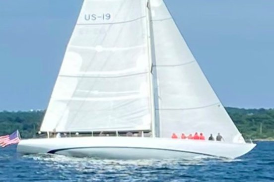 Up to 16 persons can enjoy a ride on this Sloop boat