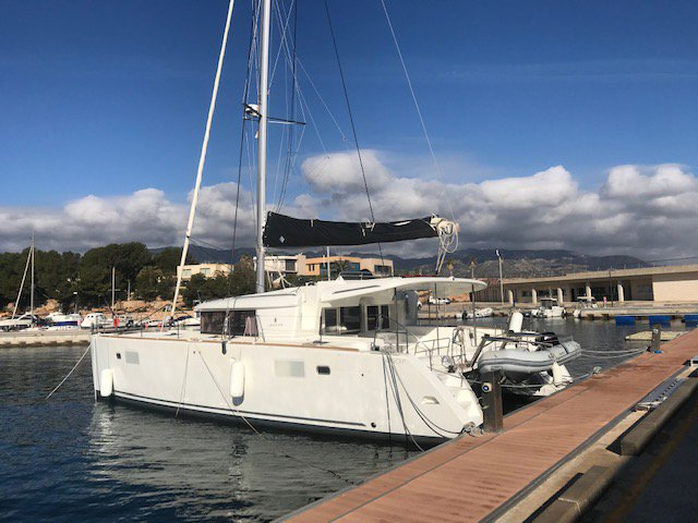 Get on the water and enjoy Cambrils in style on our Lagoon Lagoon 450 F