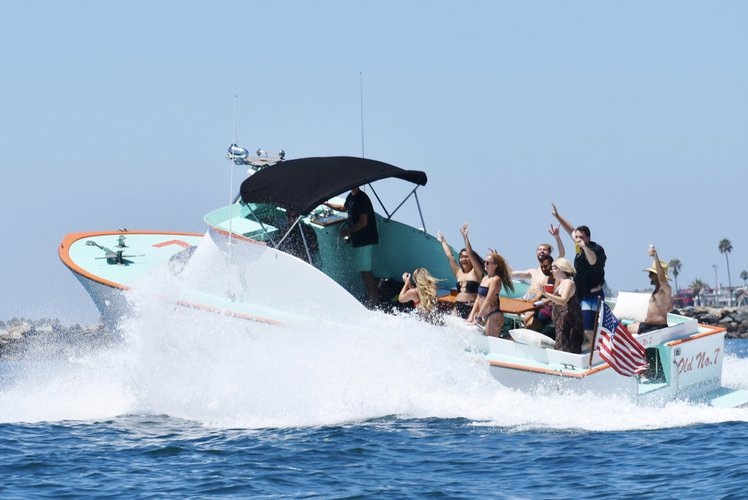This 32.0' SeaWay cand take up to 8 passengers around Newport Beach