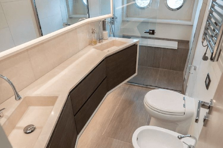 Discover Miami Beach surroundings on this Flybridge Absolute boat