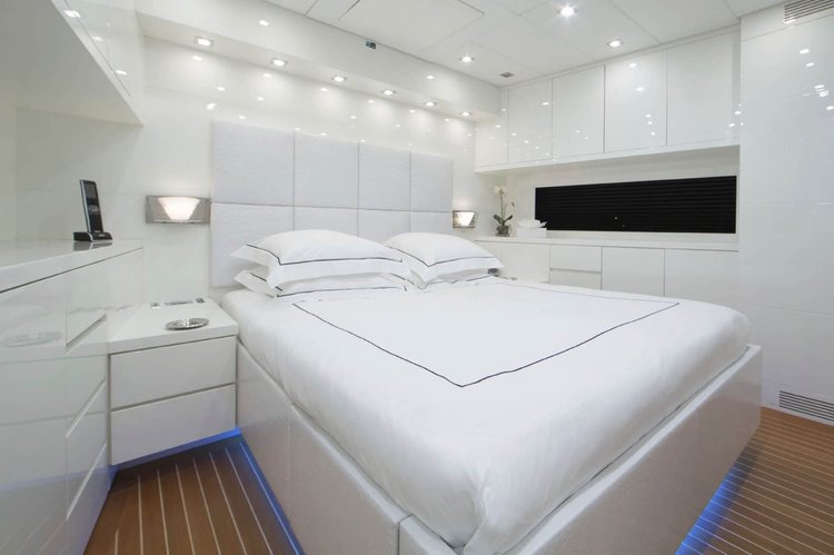 Discover MIAMI surroundings on this Jet Yacht Leopard boat