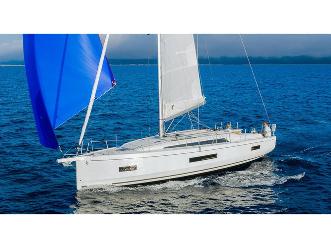 Enjoy luxury and comfort on this Pomer sailboat charter
