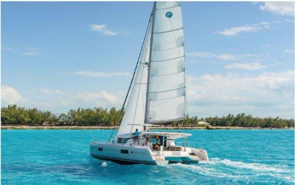 This catamaran rental is perfect to enjoy Miami