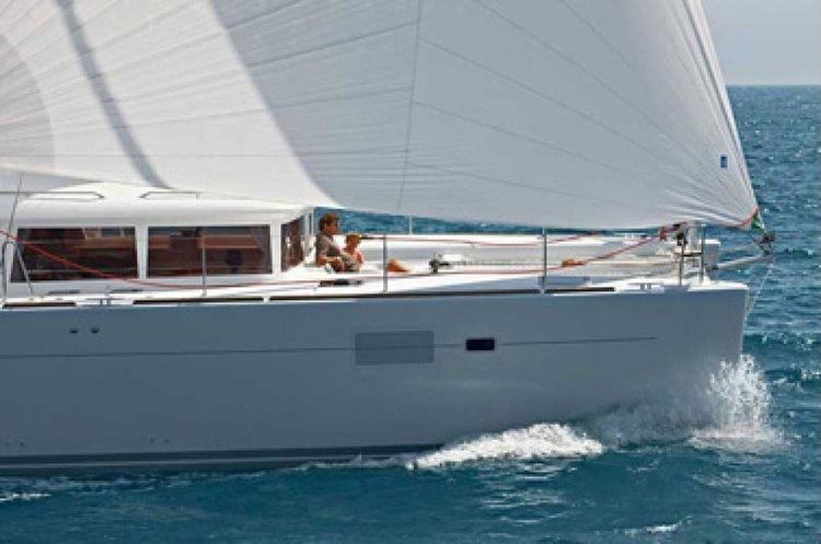 Discover Miami surroundings on this Lagoon 450 F Custom boat