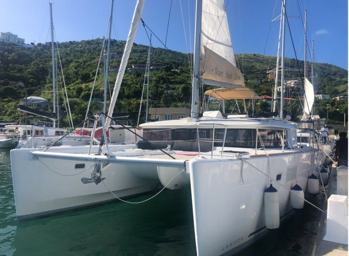 Beautiful catamaran for rent, ideal for fun in the sun