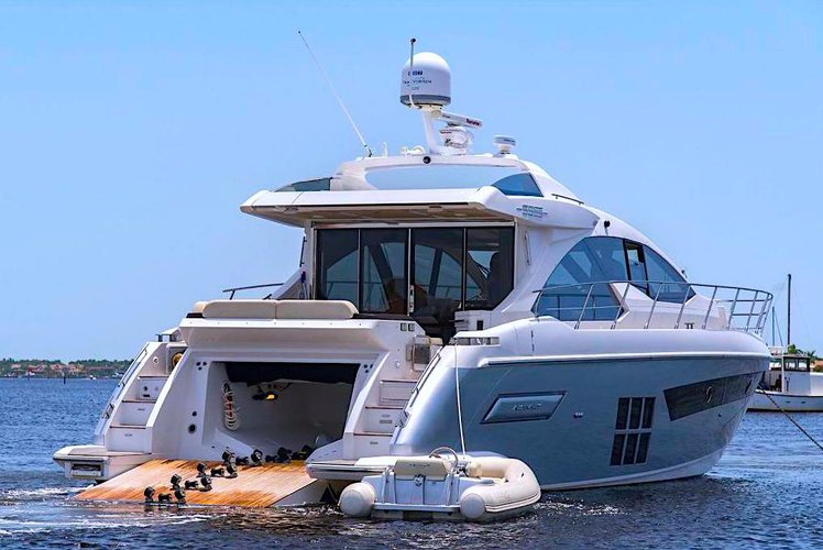 Discover Key Biscayne surroundings on this Fly Azimut boat