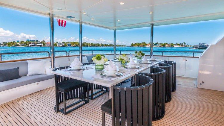 This 110.0' Horizon cand take up to 13 passengers around Miami Beach