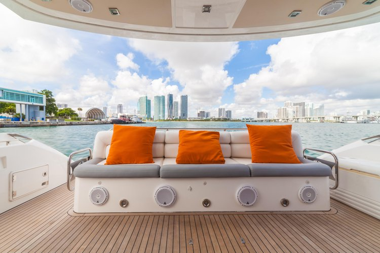 Discover Miami surroundings on this MANHATTAN SUNSEEKER boat