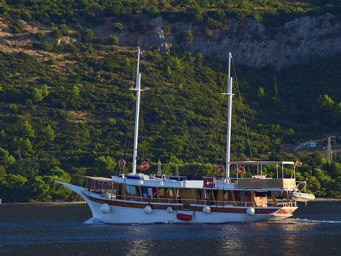 Sail the beautiful waters of Omiš on this cozy  Gulet