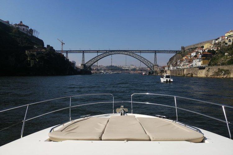 Discover Porto surroundings on this Prestige 42s Jeanneau boat