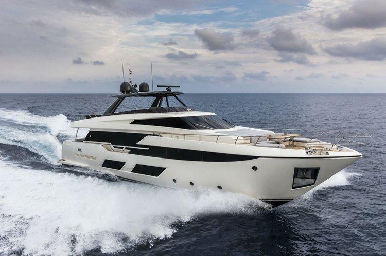 Discover Miami Beach surroundings on this 920 FERRETTI boat