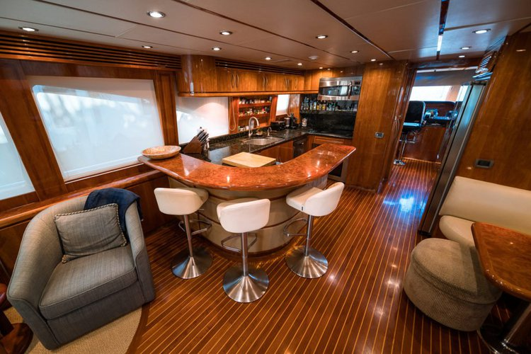 Discover Hollywood surroundings on this Custom Hargrave boat
