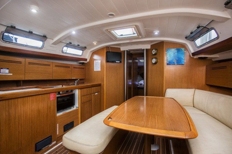 Discover Marina Del Rey surroundings on this 28 MKII Catalina boat