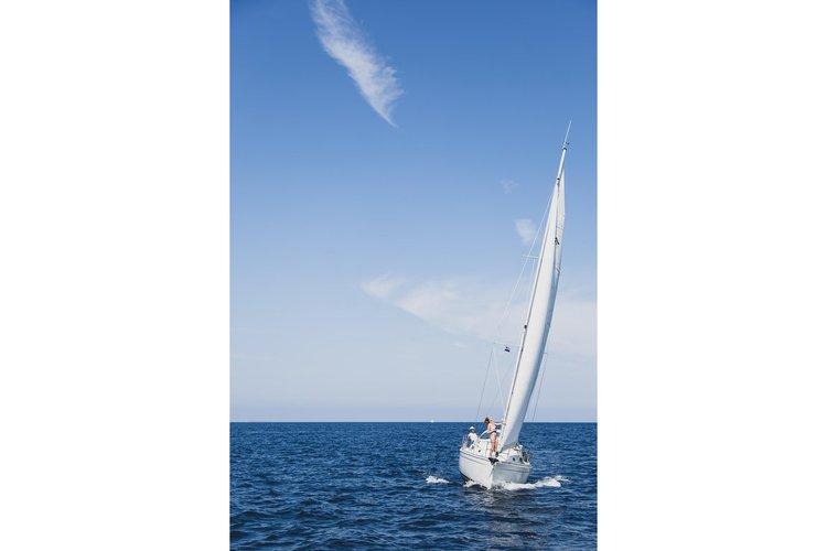 This 28.0' Catalina cand take up to 2 passengers around Marina Del Rey