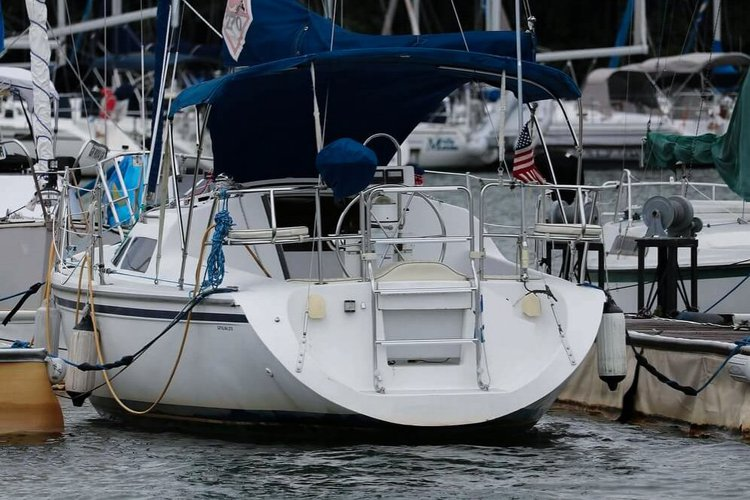 Discover Marina Del Rey surroundings on this 270 Fin Catalina 270 boat