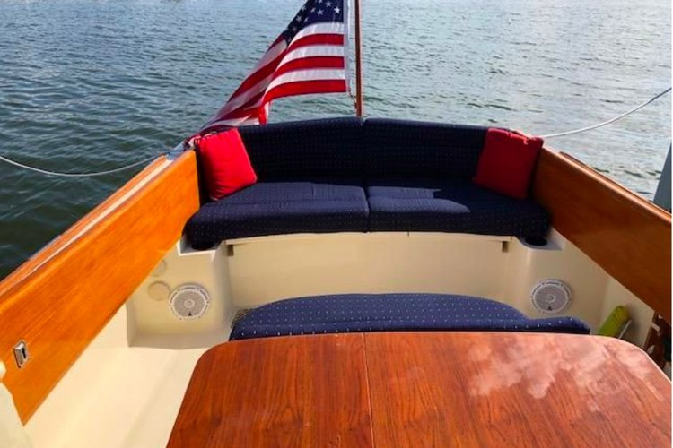 Discover Sag Harbor surroundings on this Picnic Boat Hinckley boat