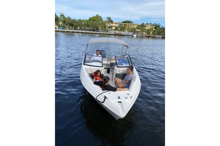 Discover Fort Lauderdale surroundings on this Q3 Rinker boat