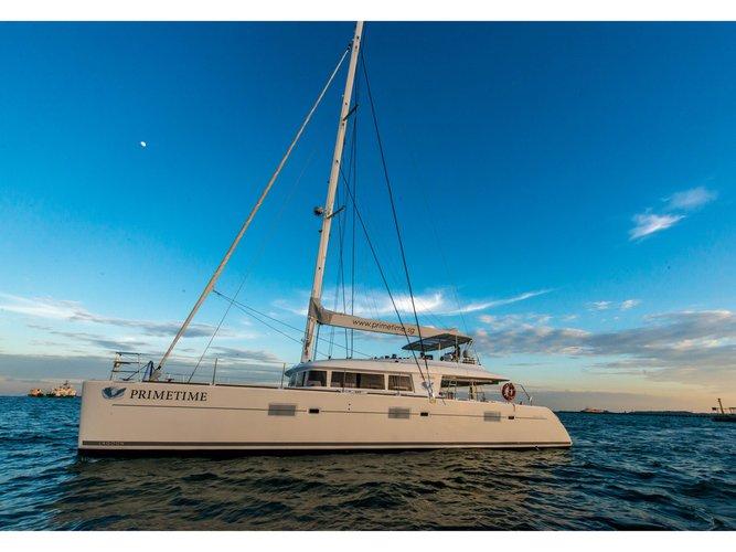 Beautiful Lagoon Lagoon 620 - 5 cab ideal for sailing and fun in the sun!