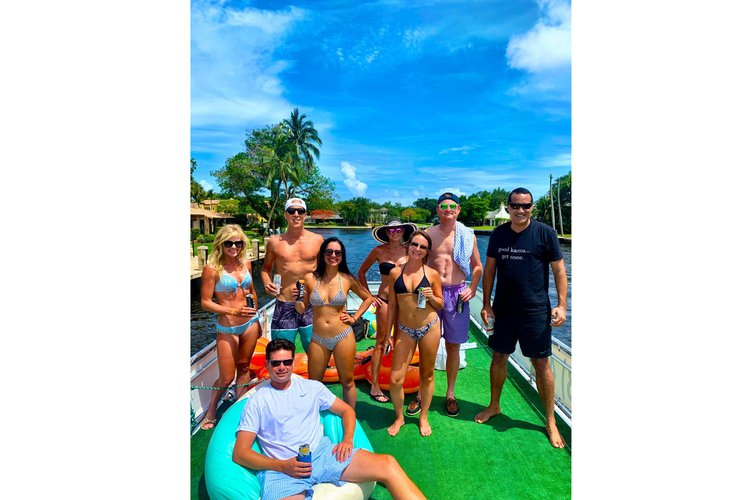 Discover Fort Lauderdale surroundings on this Pontoon A and M boat