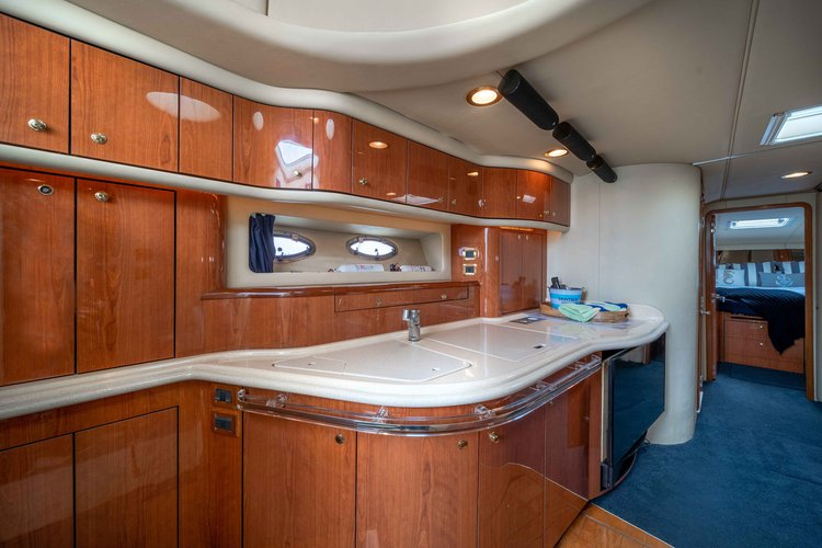 Discover Montauk surroundings on this Sundancer Sea Ray boat
