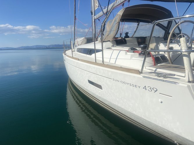 Relax and have fun aboard the Jeanneau Sun Odyssey 439